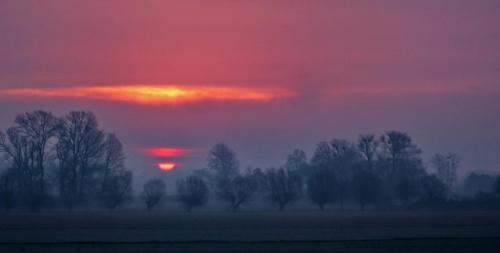 Każdego dnia słońce odchodzi inaczej, podobnie jak każdy z nas kończąc swą rolę zmierza ku zejściu ze sceny różnie od pozostałych #zachód #odejście