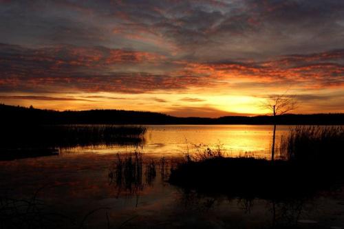 Kolorowy wieczór nad jeziorem #chmury #jezioro #natura #sceneria #zachód